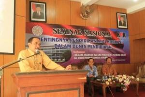 Sigit-Budi-Santoso-S.H.-M.H.-saat-Memberi-Sambutan-Kepada-Peserta-Seminar-Pendidikan-Anti-Korupsi